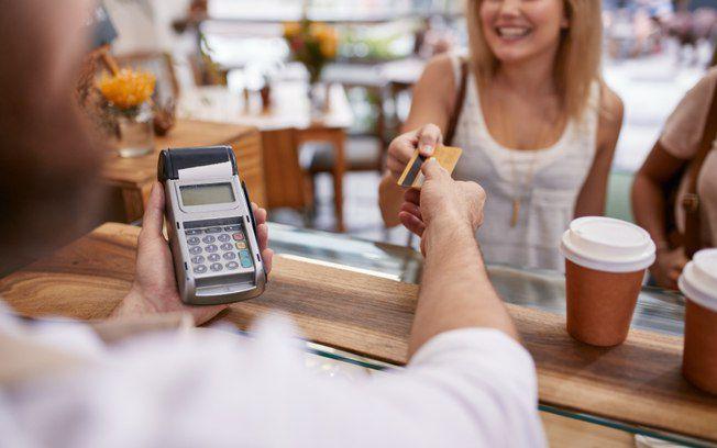 Pequenos empreendedores aumentam renda com maquininhas de cartão
